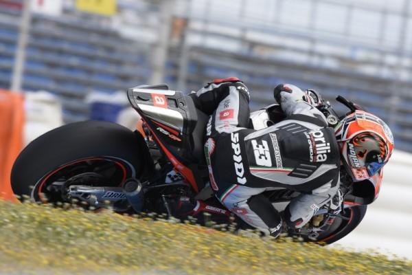Marco Melandri in azione sulla Aprilia RS-GP