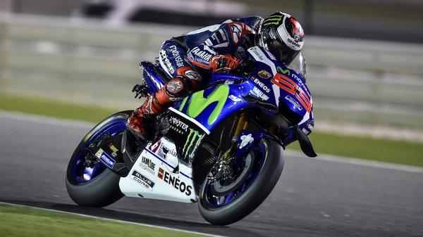 In Qatar Lorenzo vince e demolisce il Record della pista. Solo 4° Valentino Rossi