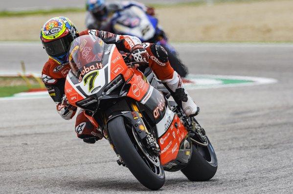 Le Ducati imprendibili a Imola: Pole da record per Davies. Tanta paura per Guintoli