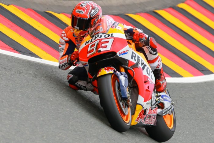 Marquez pole-man in Germania, torna a far paura al Sachsenring. Cade due volte Lorenzo