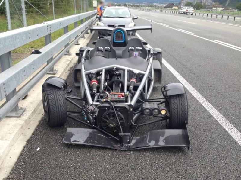 Un dolore per gli occhi: incidente per una Ariel Atom da 500 CV oggi in Svizzera