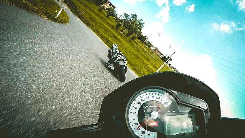 La moto su strada è pericolosa? Sì, ma la stupidità lo è di più