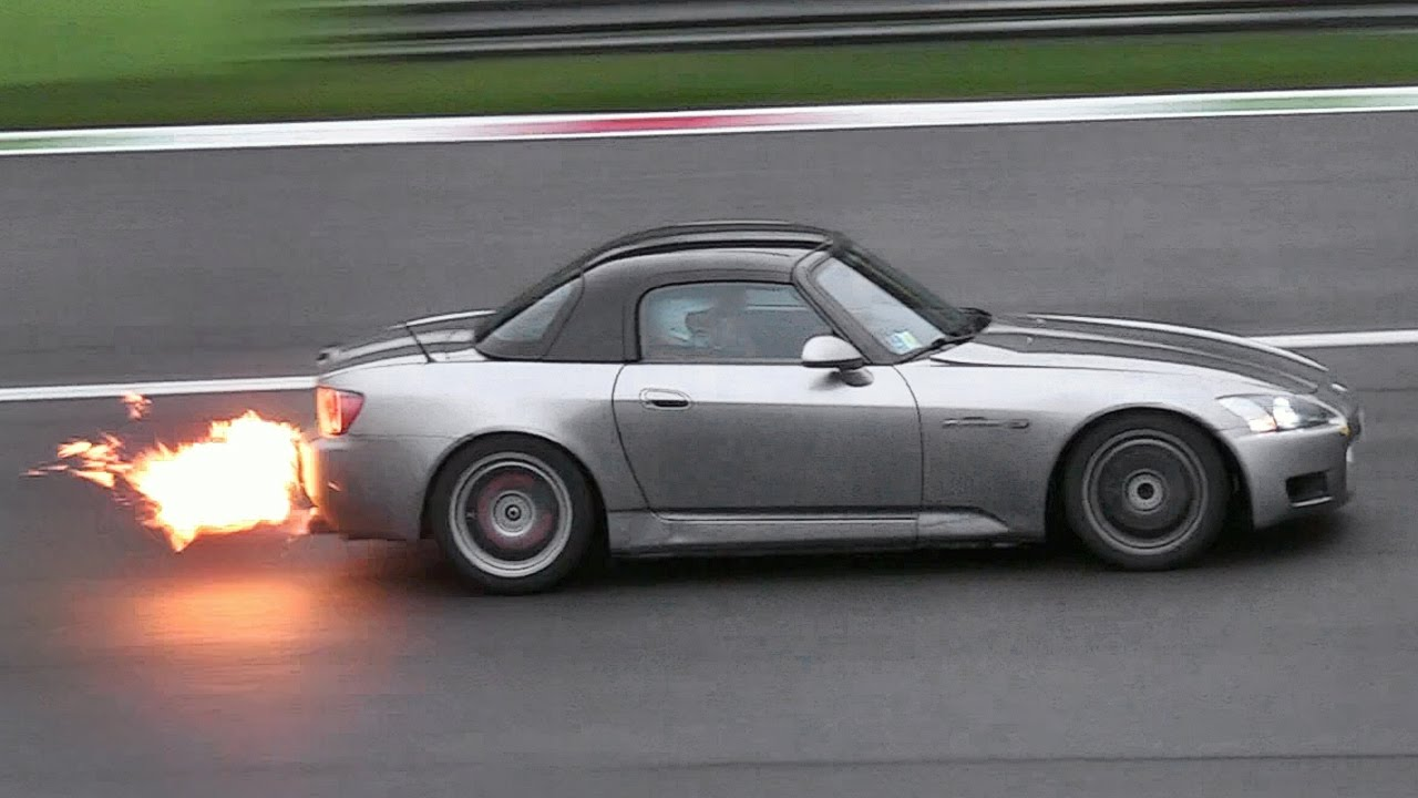 Honda S2000 Turbocharged infiamma uno Speed-Day bagnato