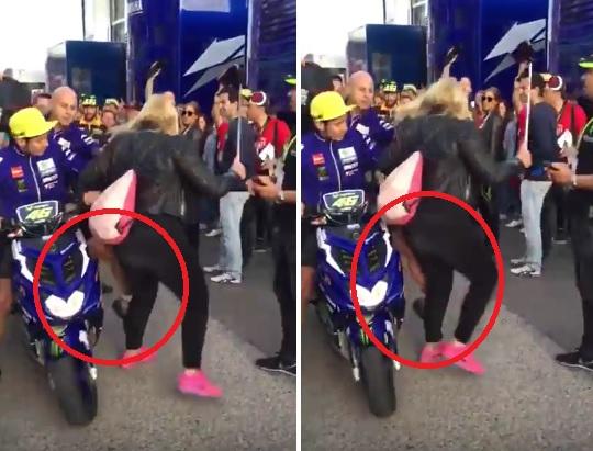 Il calcio di Rossi ad una signora nel paddock