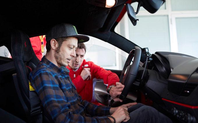 Valentino Rossi in pista a Maranello con la Ferrari 488 Pista [VIDEO]